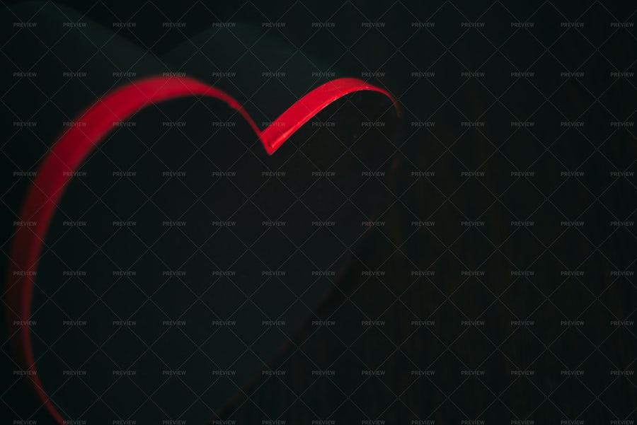 یک تصویر تاریک و سیاه با قلب قرمز