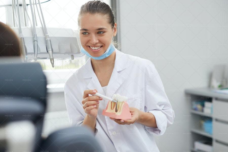 خانوم دندانپزشک در حال توضیح ایمپلنت دندان